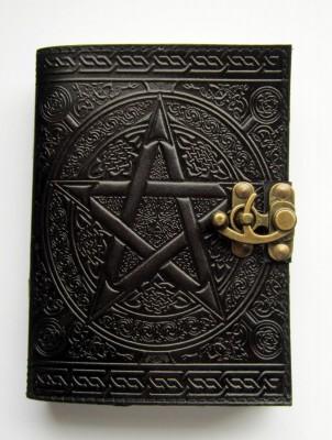 Buch der Schatten Pentagramm schwarz mit Messingbeschlag