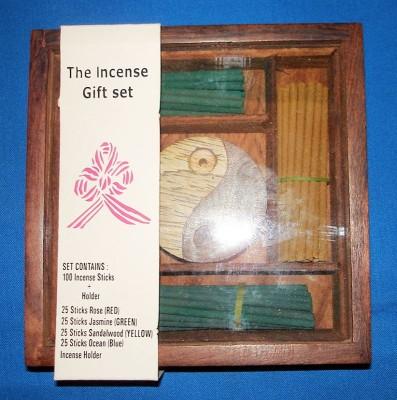 Holzkästchen mit Räucherstäbchen und Halter