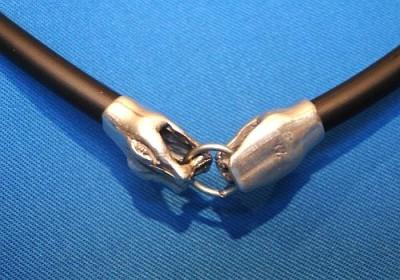 Kautschuk-Halskette 2 Schlangenköpfe