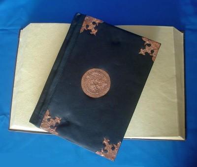 Livre des ombres avec reliure en cuir synthétique, Ferrures de cuivre
