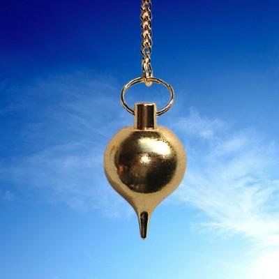 Pendule moyen forme de goutte, plaqué or.