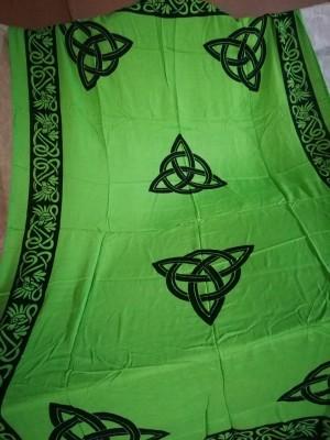 Tuch mit keltischen Mustern und Triquetta