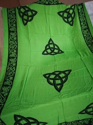 Tuch mit keltischen Mustern und Triquetta Grün