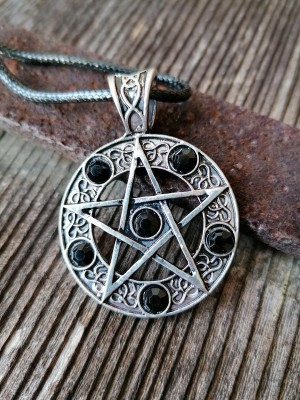 Pendant pentagram with black stones