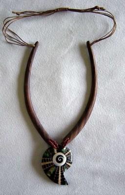 Halskette aus Holz mit Schnecke