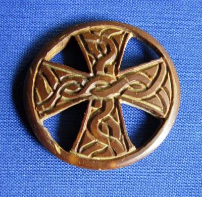 Pendentif croix celtique en bois de noix de coco