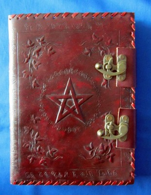 Book of Shadows avec couverture en cuir avec des raccords en laiton