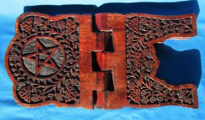 Stand de livre en bois avec pentagramme