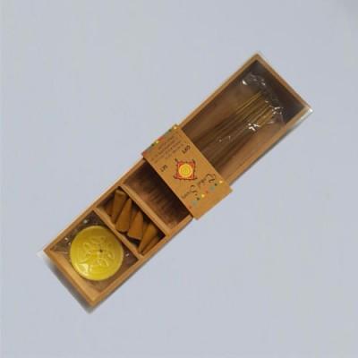 Scatola di legno con incensi, coni e supporti, sandalo