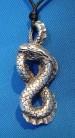 Amuleto in peltro con serpente a forma di otto