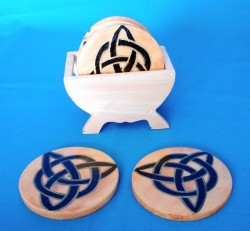 Wood-saucer for glasses with charmed-knot