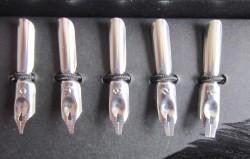 Schreibfeder mit Truthahnfeder und Messingschaft