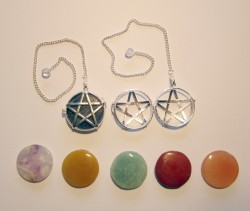 Pendolo - Pentagram rotondo con pietre Chakra