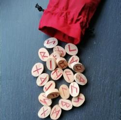 Runenset aus Holz