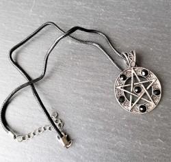 Pendentif pentagramme avec pierres noires