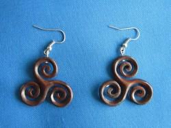 Paio di orecchini in legno Triskell