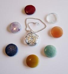 Pendel Pentagramm rund durchbrochen mit Chakrasteinen